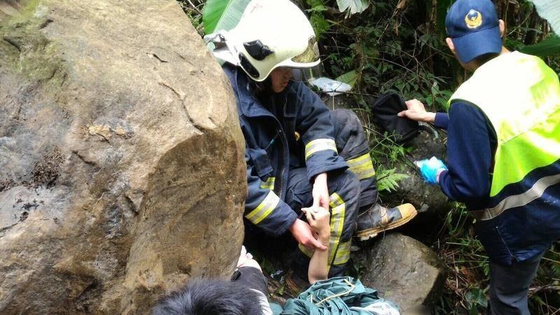 三峡区熊空桥2吨落石从天而降 女子双脚被压住