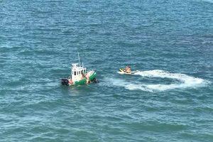 2女落水点在航道上,眼看13万吨邮轮已接近,水上警察出手…