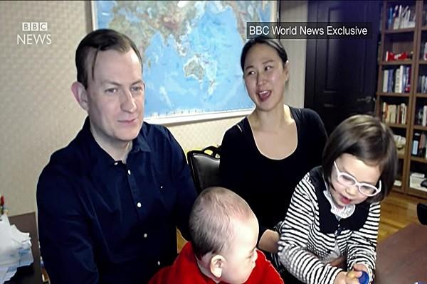 英囧爸萌娃全家亮相 「保姆」這次有話說