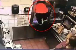 麥當勞小哥突然跳窗嚇到同事 看到他救下性命的女警察 眾人恍然