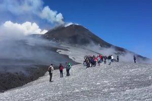 埃特納火山爆發 岩漿積雪引大爆炸 BBC記者受傷