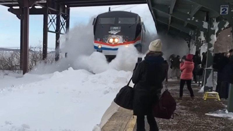 開始覺得有趣,瞬間變成慘叫!紐約小鎮火車進站釀「雪暴」