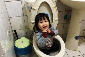 妹妹跪坐馬桶里玩水 小姊姊上前幫忙沖水 玩得不亦樂乎 媽媽開門後崩潰:氣到剩下半條命