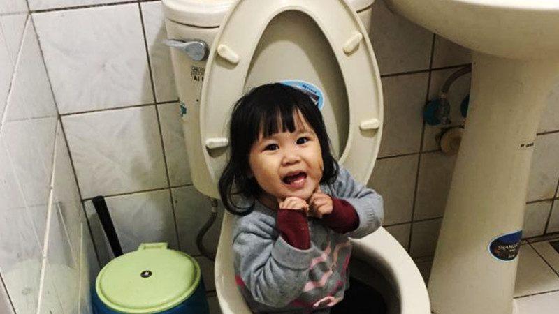 妹妹跪坐马桶里玩水 小姊姊上前帮忙冲水 玩得不亦乐乎 妈妈开门后崩溃:气到剩下半条命