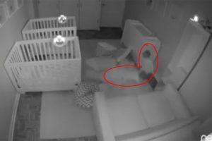 爸媽以為睡著了 雙胞胎2歲娃才開始他們熱鬧的夜生活