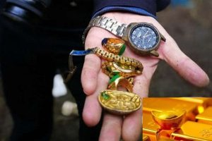 大陸賊疑偷來的金元寶是假貨   隨手扔垃圾堆