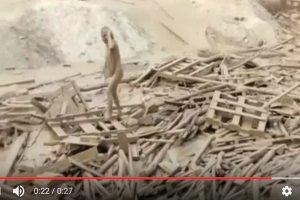 救命!一女子突然在泥流中竄出 嚇壞岸上眾人