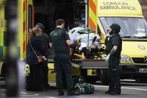伦敦恐袭 议员人工呼吸救受伤警察