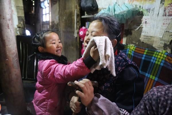 父亲坐牢 母亲改嫁 5岁女童独自照顾生病的祖母 年迈的曾祖母⋯⋯看矮小的她做家务,硬汉的眼睛也红了