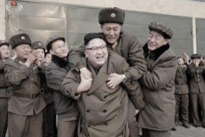 胆敢骑上金正恩的背!这名朝鲜军官的表情说明了一切