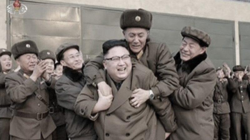 膽敢騎上金正恩的背!這名朝鮮軍官的表情說明了一切
