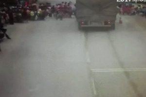 广西货车冲撞小学生 致3死2伤  司机被拘(视频)