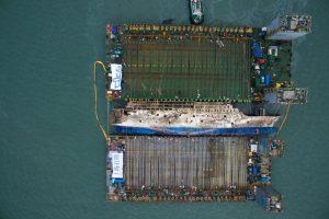 """打捞""""世越号""""完整船体 已成功抬至半潜船上"""
