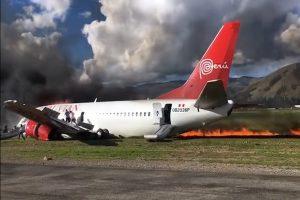 秘鲁航空降落着地起火 直撃141名乘客惊恐逃生