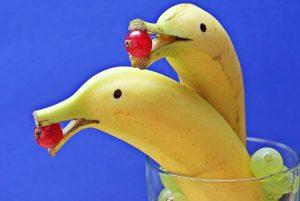 香蕉顶端切下一小段,吸管插进去,出现意想不到的惊喜!(视频)