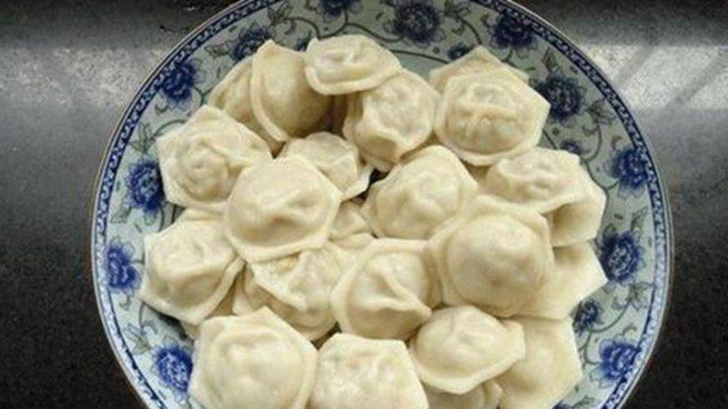 擀面杖滚一下 35个饺子立马成型!老外包饺子竟让中国人开眼界