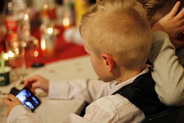 別再給孩子玩手機了,後果不堪設想!