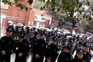 泸州学生命案疑涉3官二代 千警装甲车镇压抗议民众(视频)