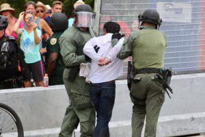习近平抵美 警方抓捕3名试图拦车抗议者