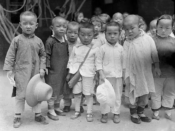 美國人在鞋盒裡發現了60張中國老照片,轟動了全世界