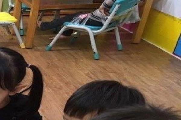 情何以堪!2歲童搶玩具咬人 被用膠布綁椅PO網