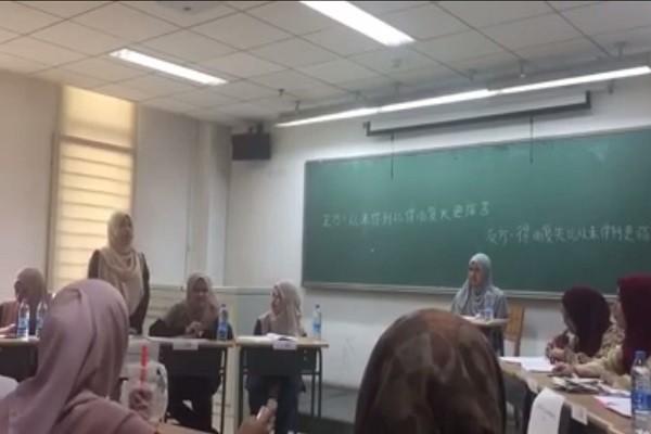 大马穆斯林少女辩论会,用的竟是华语,不但通顺流畅还带哲学思想