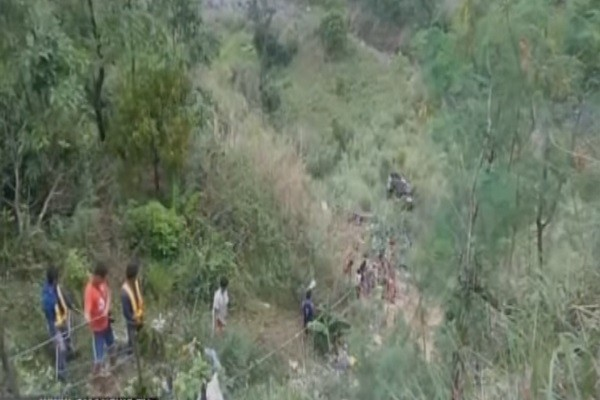菲律宾巴士超载超速 坠谷至少25死 20多人伤