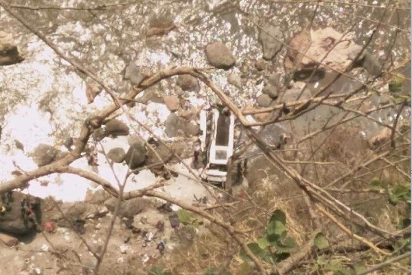 喜馬拉雅山區巴士墜谷 至少44人喪命