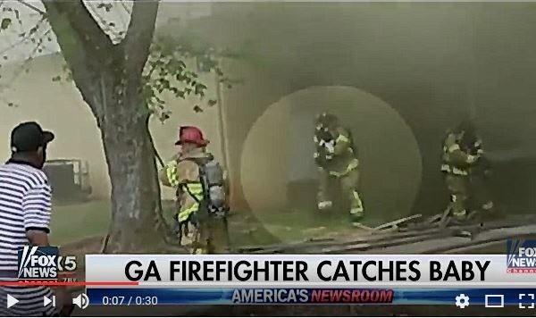 失火樓上扔下小嬰兒 美消防員奇蹟接娃