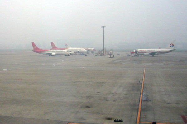 成都机场遭无人机干扰 58航班备降1万旅客滞留