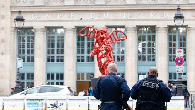 巴黎恐襲剛殺1警 火車站再有持刀男襲警