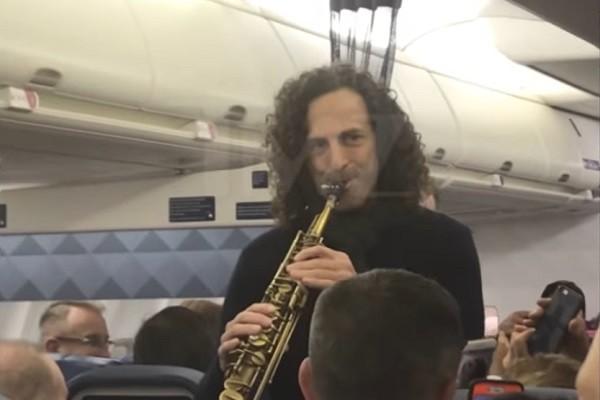 又有機艙自拍影片PO網,但不是動粗衝突,來聽聽愉悅的樂音…