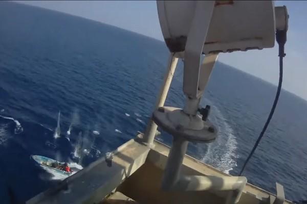 直撃印度洋劫船!货轮保镳扫射索马利亚海盗