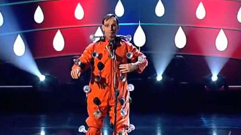 这个怪模怪样的法国人走上舞台,所有人都在笑他;等他开始捏自己,笑果真奇妙