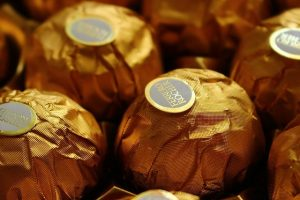 香港大厨品7种金莎巧克力 2种被他吐了 产地曝光