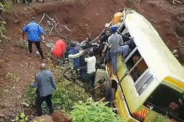 坦桑尼亚小学校车雨中失控坠谷 35人罹难