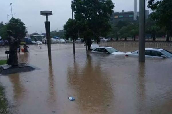 特大暴雨袭广州 逾百间屋倒塌多人被困