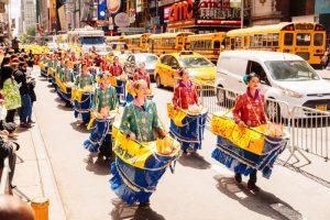 57国万人纽约大游行 庆法轮功传世25周年(组图三)
