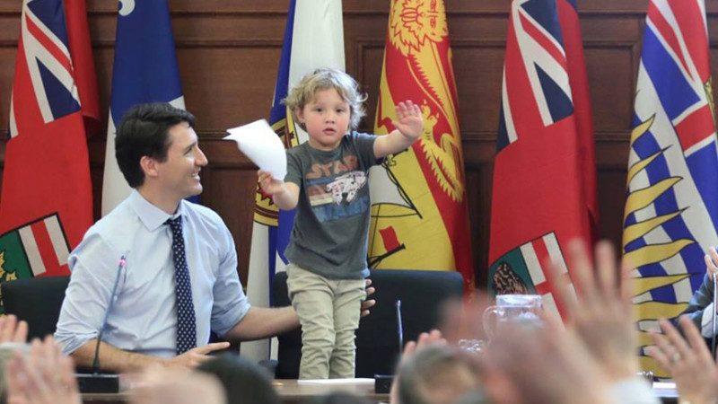 加拿大總理特魯多3歲兒子火了 陪爸上班靚照熱傳
