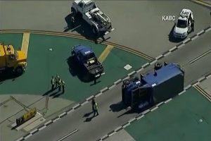 客機撞翻卡車 洛杉磯國際機場 6傷
