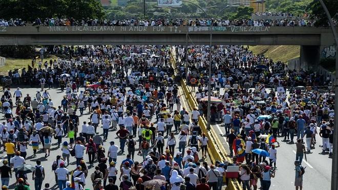 委内瑞拉警民对峙第50天 群众堵首都道路