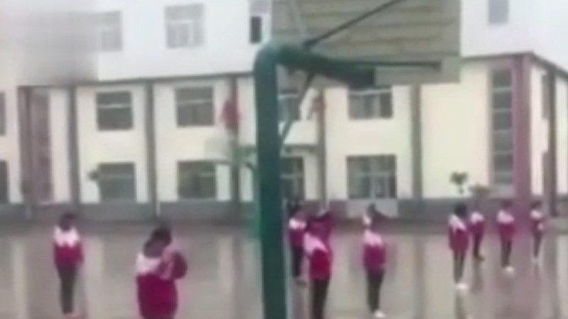 山东10女生雨中被罚站  视频传出引热议