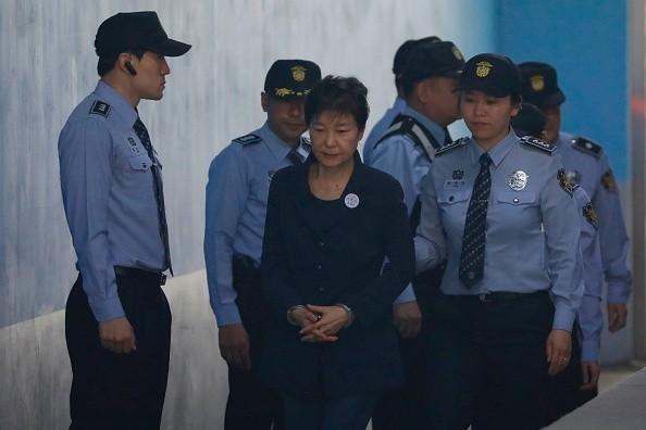 韓國前總統朴槿惠戴手銬 首次出庭受審