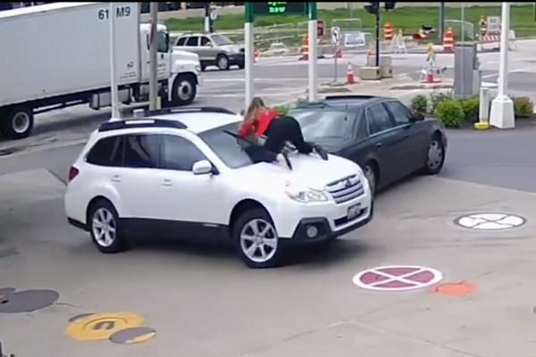 眼看偷车贼要开走爱车,妙龄女子用这招,逼他落荒而逃