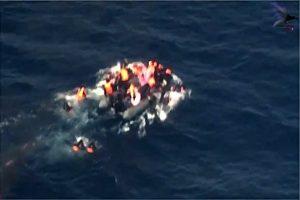 惊险!橡胶快艇突起火 逾30移民跳海逃生