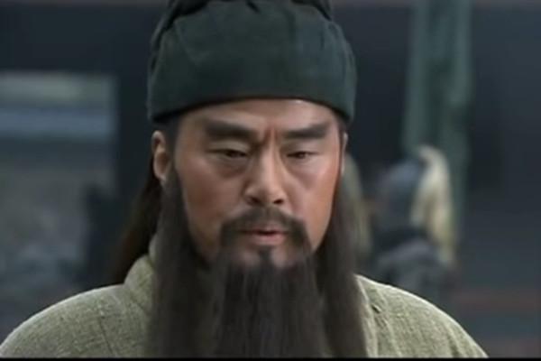 """""""关羽""""现身湖北街头  骑电车帮""""张飞""""找马"""