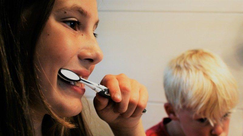 牙齿太黄怎么办?教你一招,很快让牙齿变白!