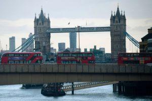 伦敦恐嫌持长刀砍人 勇警持警棍以一挡三