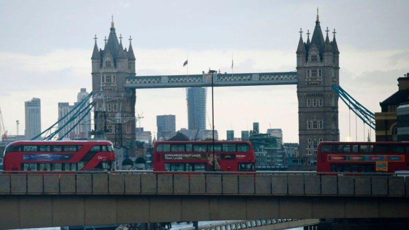 倫敦恐嫌持長刀砍人 勇警持警棍以一擋三