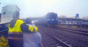 台南老婦闖鐵軌尋短 火車急剎險釀憾事